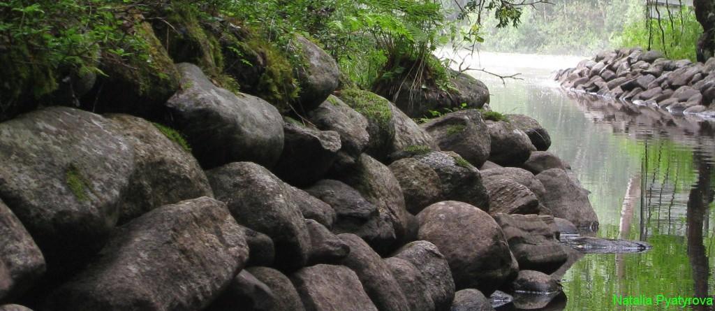 Берега канала укреплены валуном