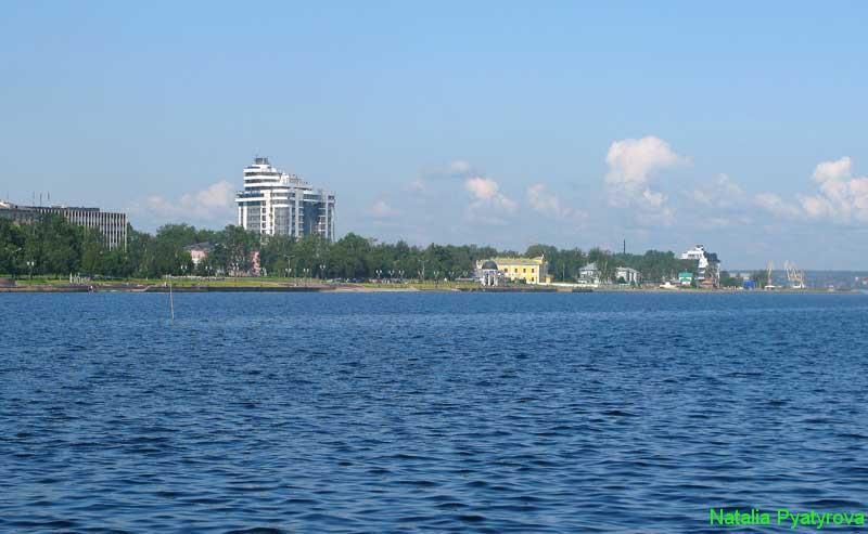 Онежская набережная города Петрозаводска со стороны Онежского озера.
