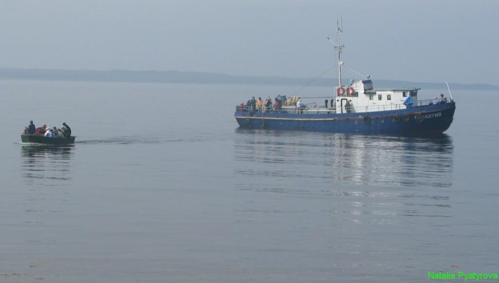 Переправа с катера на остров Анзер