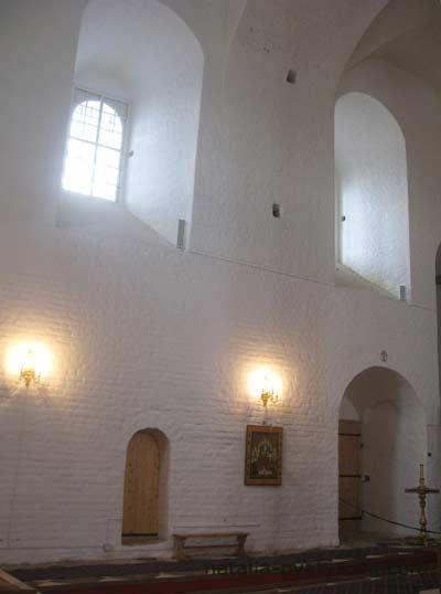 Соловецкий монастырь. Интерьер Спасо-Преображенского собора. Окна и стены.