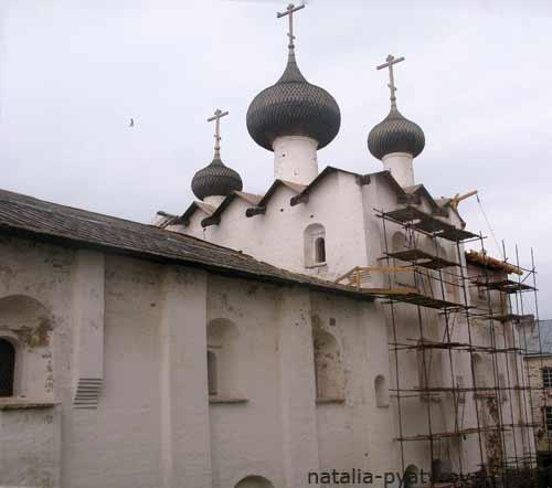 Соловецкий монастырь. Успенская церковь с Трапезной палатой.